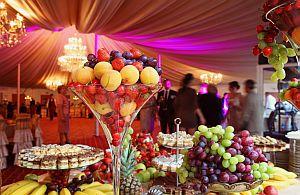Exotisches Büffett und farbenfrohe Dekoration bein einer Veranstaltung.