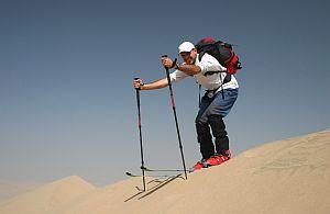 Sand Skiing in den Dünen bei Dubai wird von den Betriebsausflug Teilnehmer getestet