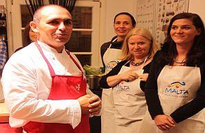 Ein maltesischer Spitzenkoch gibt Anleitung für den Kochkurs der Incentive-Teilnehmer