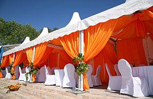 Event Zelt in bunten Farben. Ob Zelte, Tische oder Stühle. Fragen Sie nach unseren Mietmöbel.