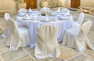 Bankett Tische mit Stühle und Hussen in klassischem weiß. all about event bietet eine große Auswahl an Mietmöbel.