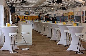 Stehtische, weiße Hussen und die passenden Barhocker. Mietmöbel für alle Arten von Veranstaltungen.