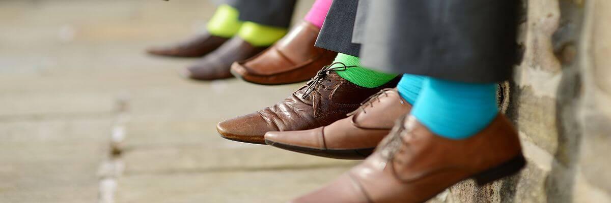 Herrenschuhe mit bunten Socken. Genug vom grauen Alltag? Messebekleidung von all about event.