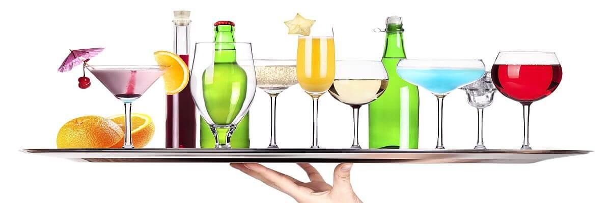 Tablett mit verschiedenen Getränke. Servicepersonal von all about event. Service-Oase.