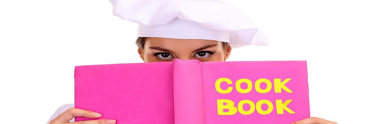 Köchin liest ein Buch. Köche von all about event. Garantiert lecker.