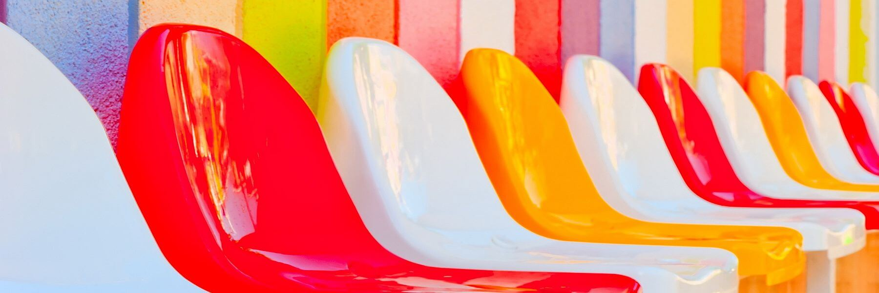 Bunte Stühle. Tagung und Kongress. Mehr Farbe für Ihre Tagung.