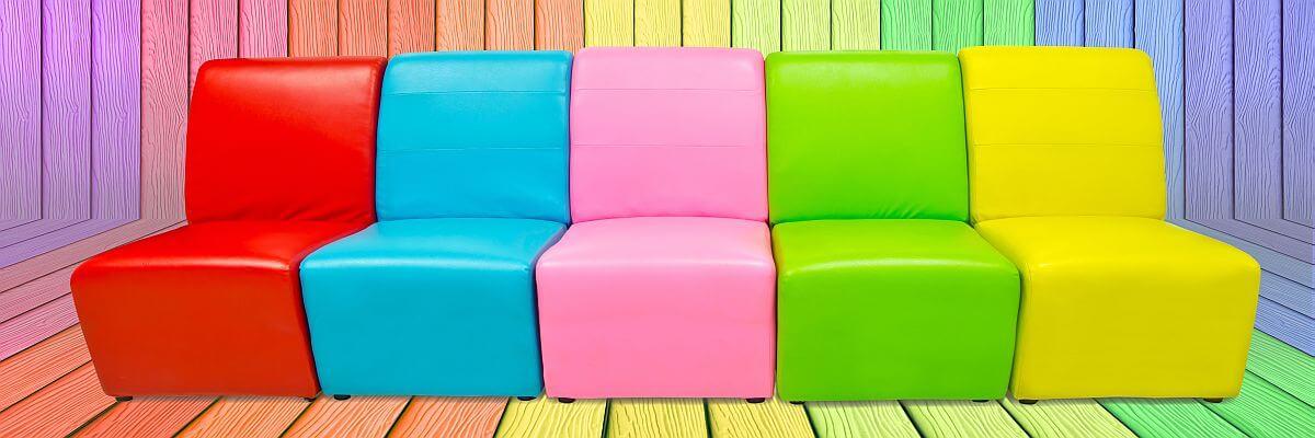 Bunte Sessel. Nehmen Sie Platz. Mietmöbel von all about event.