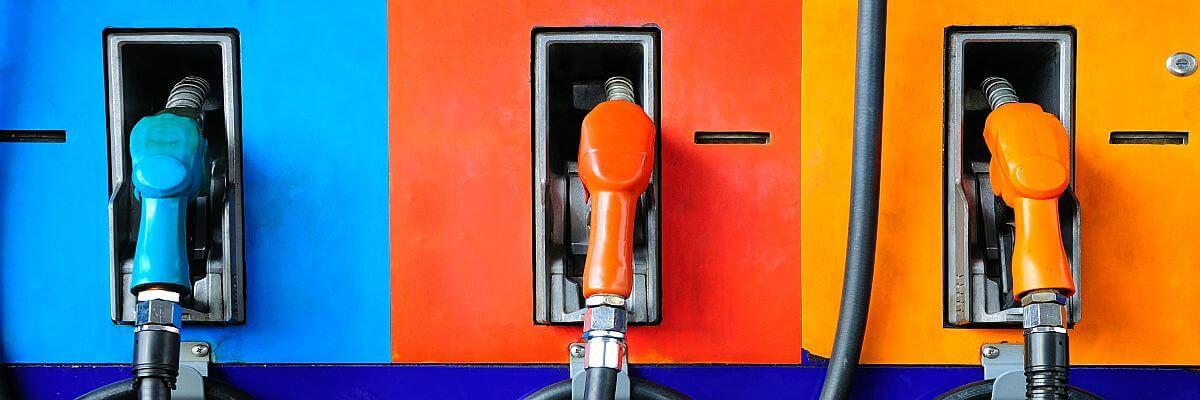 Zapfsäule mit Tankstutzen in bunt.