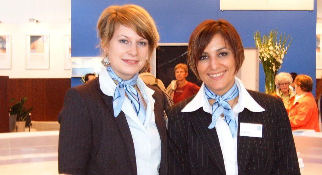 Zwei Messehostessen mit blauem Halstuch auf der Messe Frankfurt