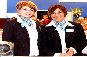 Freundliche Messehostessen Frankfurt mit blauem Halstuch